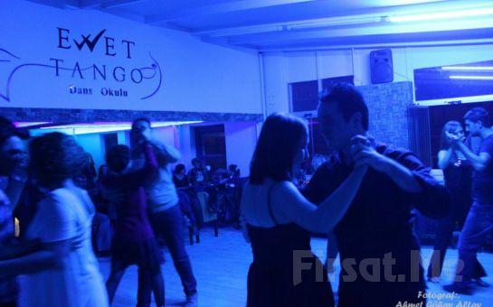 Ewet Dans Okulu'nda Grup Siyah Beyaz Canlı Performansı ile Yılbaşı Fırsatı! (Açık Büfe Yemek + 3 Yerli İçki)