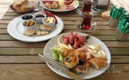 Denizin Eşsiz Maviliğinde Rüya Gibi Bir Kahvaltı!