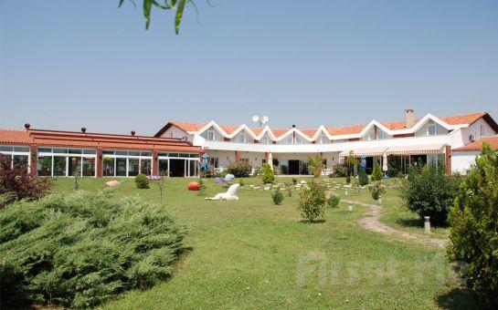 Silivri Erkanlı Country Resort SPA ve Riding Club'de Canlı Müzik, Oryantal ve Zengin Menü Eşliğinde 2 Kişilik Yılbaşı Balosu, Konaklama Fırsatı