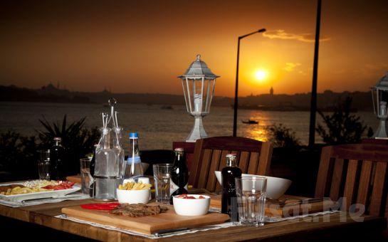 Salacak Cafe 5. Cadde'de Deniz Kenarında Kız Kulesi Manzaralı Romantik Bir Akşam Yemeği