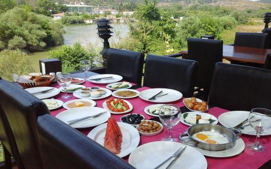 Nehir ve Göl Manzaralı Ağva Green River'da Serpme Köy Kahvaltısı