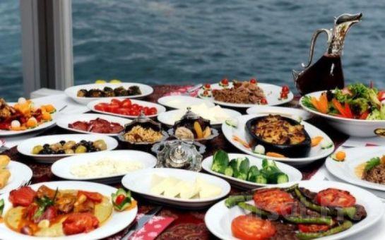 Muhteşem Boğaz Manzarası Eşliğinde Mehmet'in Yeri'nde Nefis İftar Menüleri