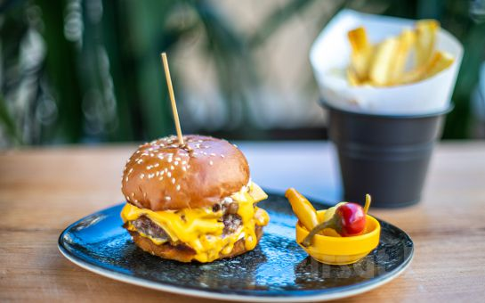 Cheddar Burger by Kafika Cihangir'de Birbirinden Lezzetli Burger ve Taco Menüleri