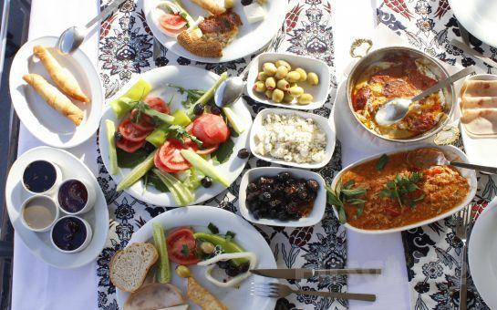 Boğaz Manzaralı Aybalık Restaurant Kuruçeşme'de Sınırsız Çay Eşliğinde Serpme Kahvaltı Keyfi