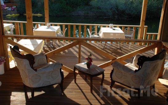 Doğa ve Göl Manzaralı Ağva Tree Tops Park Hotel'de Balık, Tavuk ve Köfte Menülerinin Lezzetli Mezelerle Bir Araya Geldiği Enfes Yemek Ziyafeti