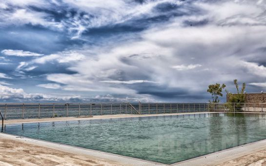 Silivri Selimpaşa Konağı Hotel'de Tüm Gün Açık Havuz Kullanımı, Hamburger Menü veya Açık Büfe Kahvaltı Fırsatı