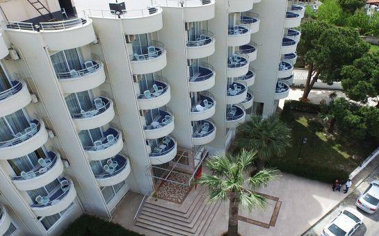 Egeria Park Hotel Kuşadası'nda Açık Büfe Kahvaltı ve Öğlen Yemeği Dahil Havuz Keyfi