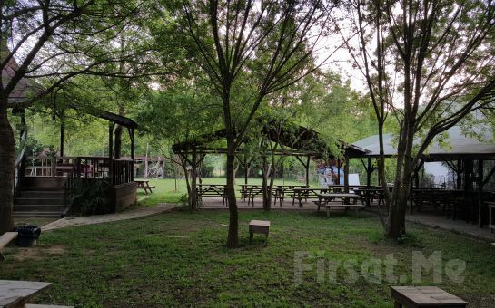 Polenezköy'ün Yanı Başı Şehri Sefam'da Bakır Sahanda Menemen Eşliğinde Serpme Köy Kahvaltısı