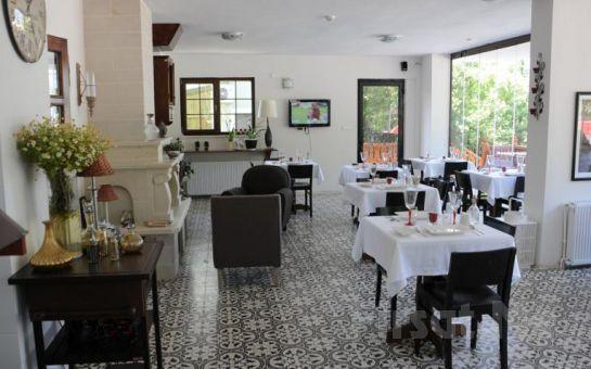Ağva Piazza Hotel'de Nehir veya Deniz Manzaralı, Jakuzili veya Şömineli Odalarda 2 Kişi 1 Gece Konaklama Ve Kahvaltı Keyfi