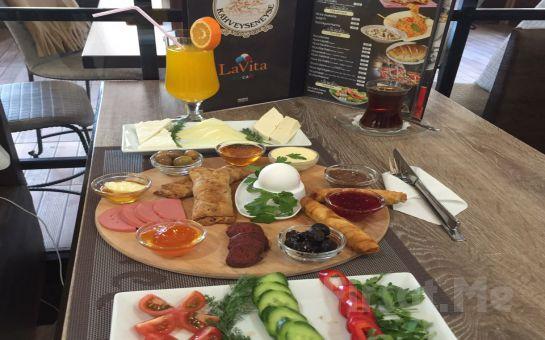 İzmir Gaziemir LaVita EisCafe'de Tazen Sıkılmış Portakal Suyu ve Sınırsız Çay Eşliğinde Kahvaltı Keyfi