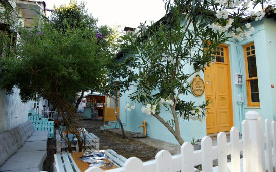 Büyükada Bistro Candy Garden'ın Rengarenk Bahçesinde, Menemen ve Sınırsız Çay Eşliğinde Serpme Kahvaltı Keyfi