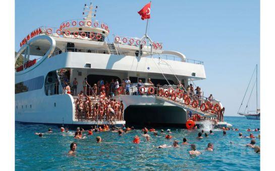 Catamaran Mobydick Gemisi ile Hafta Sonlarına Özel, Boğaz Turu ve Yüzme Keyfi
