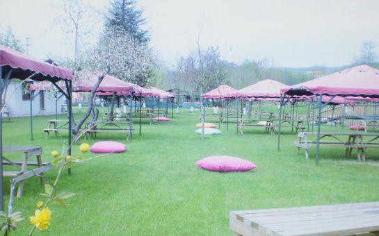 Polonezköy Nehir Park'ta Yemyeşil Doğa İçerisinde Karışık Izgara Menü