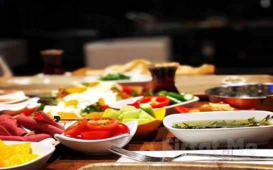 Sarıyer Simas Terrace Cafe & Restaurant'ta Boğaz Manzarası Eşliğinde Serpme Kahvaltı Keyfi