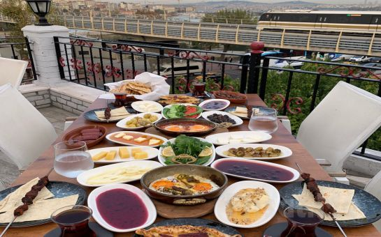 Eminönü Yanık Köşk Restaurant'ta Haliç Manzarası Eşliğinde Yöresel Serpme Kahvaltı Keyfi