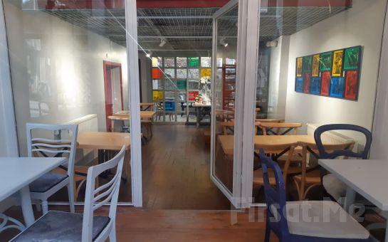 Alfred Cafe & Restaurant Kadıköy'de Özel Sinema Odasında Yemek Menüsü, Popcorn İkramı ve 2 Kişilik Romantik Sinema Keyfi