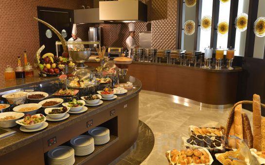 Güneşli Wyndham Grand İstanbul Europe Hotel'de 2 Kişilik Romantik Konaklama Paketleri