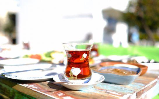 Urla'nın Gözdesi 'Mösyö Bahçe'de' Sınırsız Çay Eşliğinde Serpme Kahvaltı Keyfi