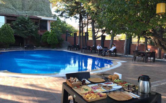 Beylikdüzü The Shaula'da Tüm Gün Havuz Kullanımı, Kahvaltı veya Hamburger Menüleri