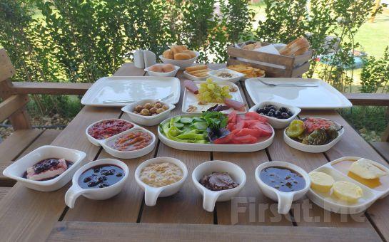 İzmir Mask Cafe'de Doğayla İç İçe Çift Kişilik Serpme Kahvaltı Keyfi