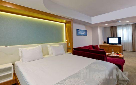 Divan İstanbul City Hotel'de 2 Kişilik Konaklama, Odaya Şarap Servisi ve İkramlar, Oda Kahvaltı Dahil Romantik Yılbaşı Paketi