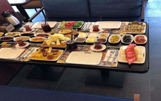 Cafe Hollywood Bahçelievler'de Sınırsız Çay Eşliğinde 2 Kişilik Serpme Kahvaltı Keyfi