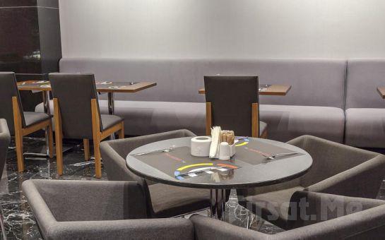 Deniz Manzaralı Ramada Encore İzmir Otel'de 2 Kişi 1 Gece Konaklama ve Kahvaltı Keyfi