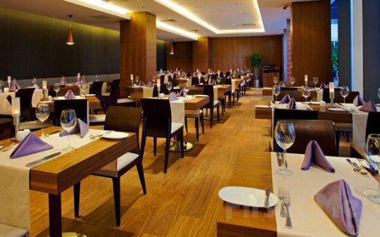 Crowne Plaza İstanbul Harbiye'de Canlı Fasıl Eşliğinde Fiks Menü veya Açık Büfe Leziz İftar Yemeği Fırsatı