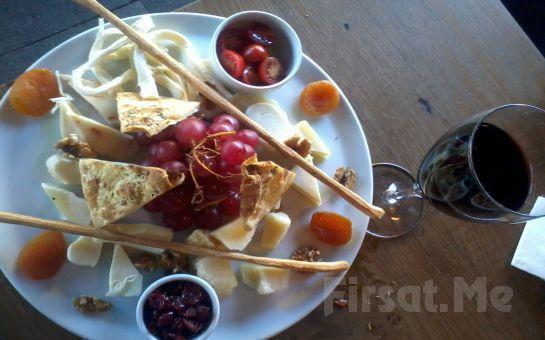 Bağdat Caddesi Merlot Şarap Evi'nde Müzik Eşliğinde 1 Şişe Şarap + Peynir Tabağı + Çerez Tabağı!
