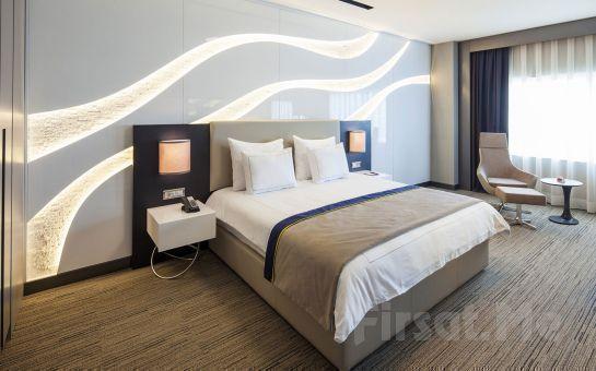 İzmir Ramada Hotel'de 2 Kişi Konaklama, Kahvaltı, Akşam Yemeği, Odaya Şarap Ve Meyve İkramı