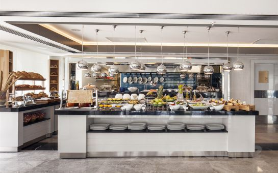 İzmir Ramada Hotel'de 2 Kişi Konaklama + Kahvaltı + Akşam Yemeği + Odaya Şarap Ve Meyve İkramı!