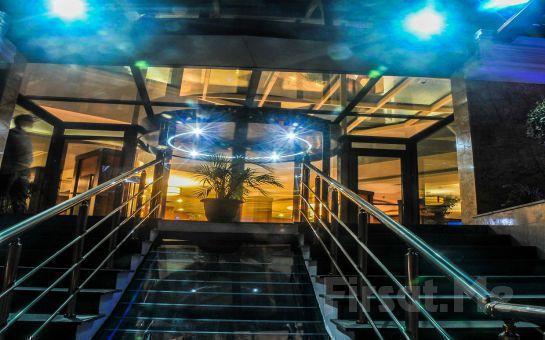 Bayramoğlu Paradise İsland Otel'de Canlı Müzik, Zengin Menü Eşliğinde Yılbaşı Balosu ve Konaklama Fırsatı (Sınırsız İçki Dahil)