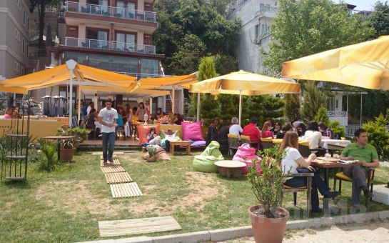 Büyükada Orası Burası Bahçe Restaurant'ta, Deniz Manzarası ve Canlı Müzik Eşliğinde Romantik Akşam Yemeği
