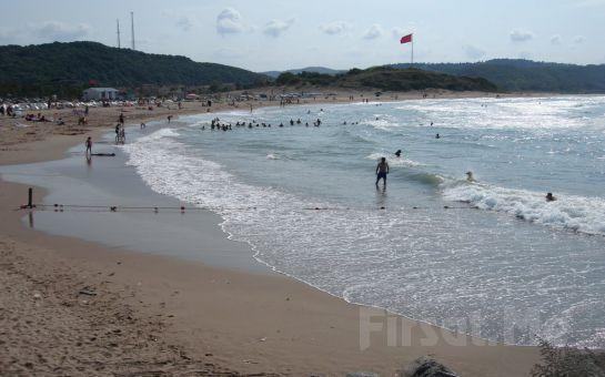 Ağva'nın Merkezinde Asmalı Köşk Beach'de 2 Kişilik Plaj Girişi, Şezlong, Şemsiye Fırsatı