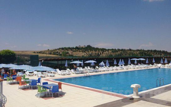 Gölbaşı Club Bonjour'da Havuz Girişi + Şezlong + Şemsiye + Soyunma Kabini Kullanımı! (Haftanın Hergünü Geçerli!)