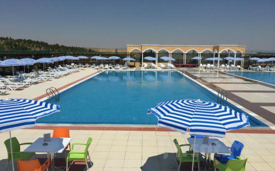 Gölbaşı Club Bonjour'da Havuz Girişi, Şezlong, Şemsiye, Soyunma Kabini Kullanımı (Haftanın Hergünü Geçerli)