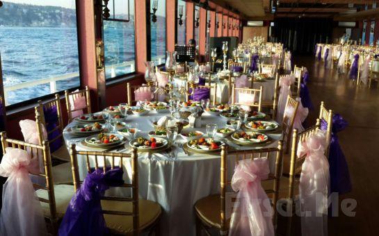 Lüfer Teknelerin'de Boğaz'da Canlı Müzikli, Yemekli, İçkili Muhteşem Yılbaşı Balosu Fırsatı!
