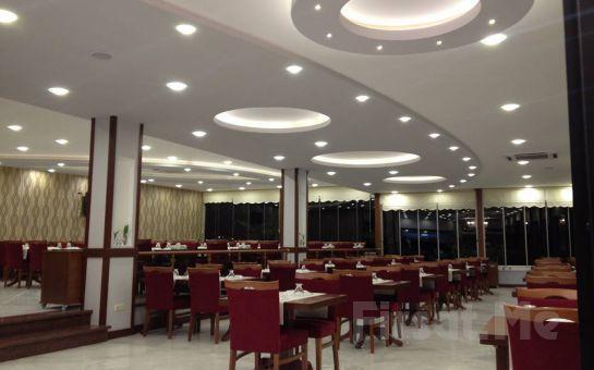 Çamlıca Lalezar Cafe'de Muhteşem Boğaz Manzarası ve Canlı Müzik Eşliğinde Meyve Tabağı + Kuruyemiş + Türk Kahvesi + Sınırsız Çay Keyfi!
