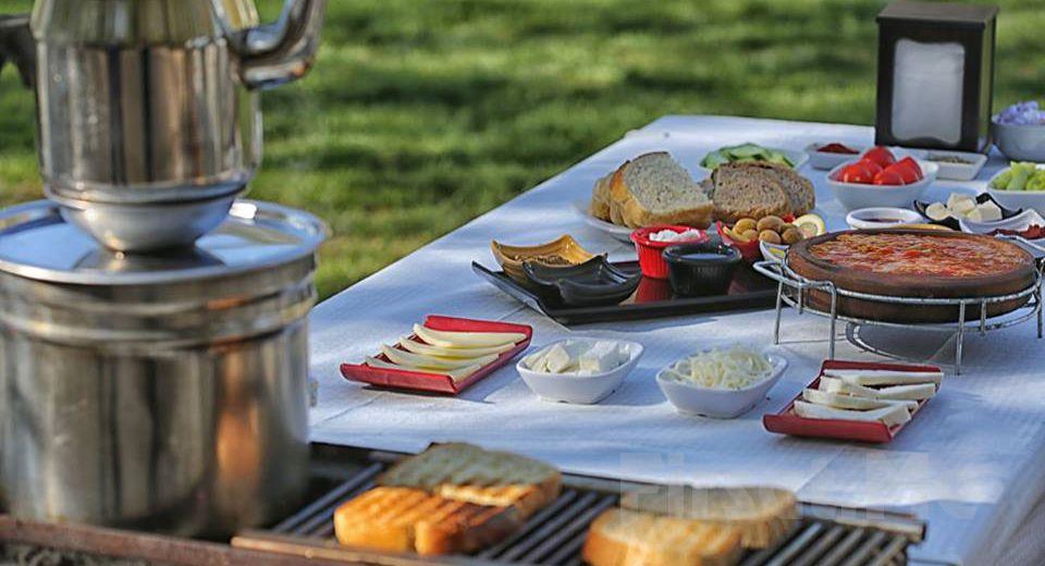 POLONEZKÖY Yolu Üzerinde Ayşe Teyze Bağ Bahçe'de; Güveçte Sucuk Eşliğinde Serpme Kahvaltı Keyfi!