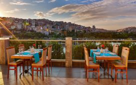 Beyoğlu Ramada Hotel Suites İstanbul Golden Horn'da 2 Kişi 1 Gece Konaklama ve Kahvaltı Keyfi
