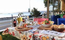 Boğaz ve Kız Kulesi Manzarası Eşliğinde Salacak Cafe Hollywood City'de Leziz Akşam Yemeği!